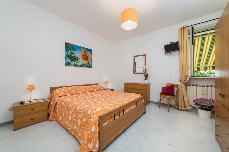 Sunflower room (Albachiara guest house)... trekking on Amalfi coast, vacation rental in Agerola