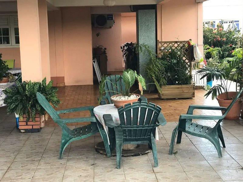 Beautiful apartment with garden, Ferienwohnung in Ducos