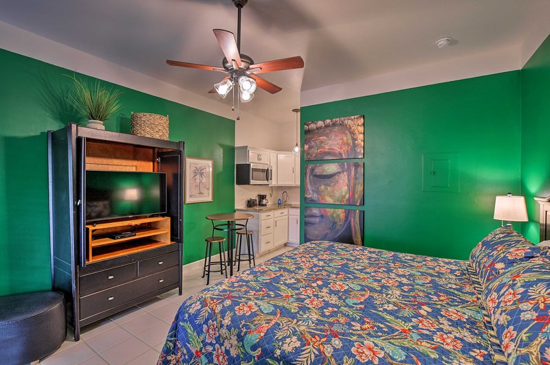 NEW! Vibrant Naples Studio w/ Pool Access & Porch!, holiday rental in Everglades City