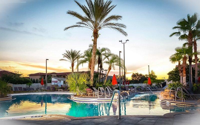Área de piscina general de Regal Palms Resort. Ver otras fotos de la villa y otras áreas circundantes.