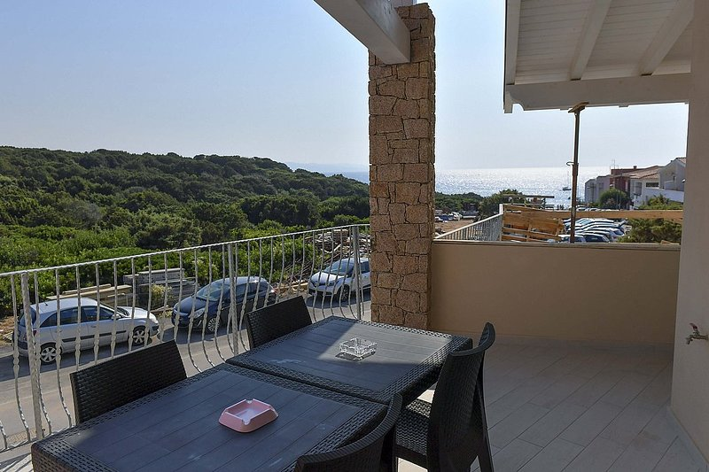 Isola Rossa Villa Sleeps 4 with Air Con and WiFi - 5827543, alquiler vacacional en Isola Rossa