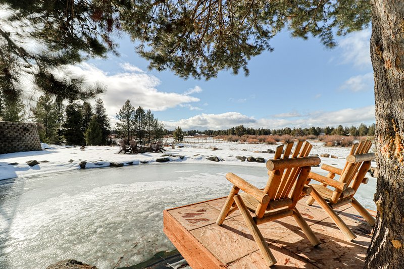 Spacious dog-friendly riverfront log home w/ game room, WiFi, & stunning views!, vacation rental in La Pine