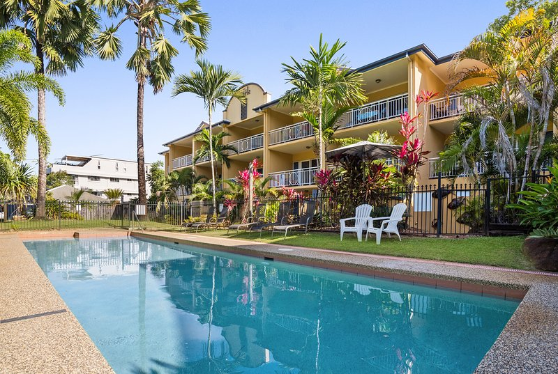 Fully self-contained 1 bedroom apartment on the beachfront north of Cairns, vacation rental in Holloways Beach
