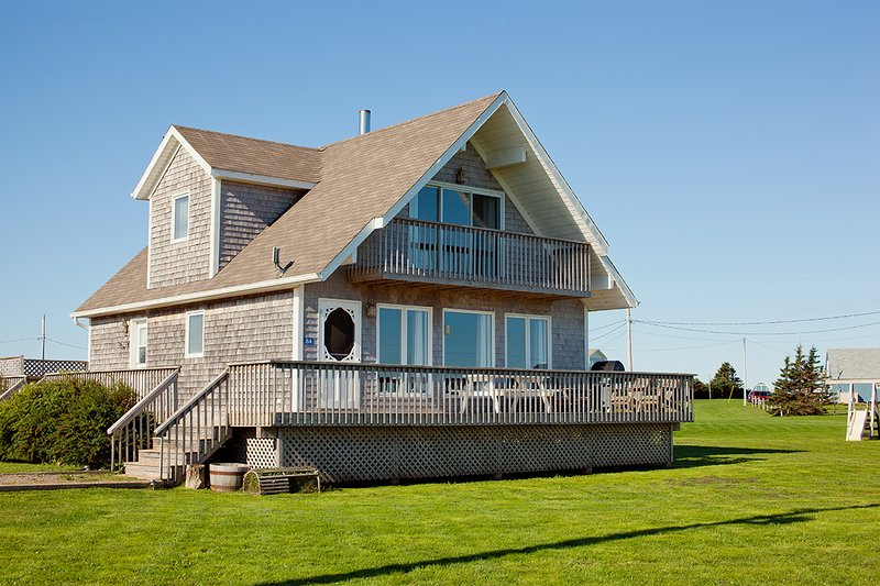 Seaview Chalet, 4 Star, 3 Bedroom Cottage, Ocean Views, Prince Edward Island, vacation rental in Ellerslie