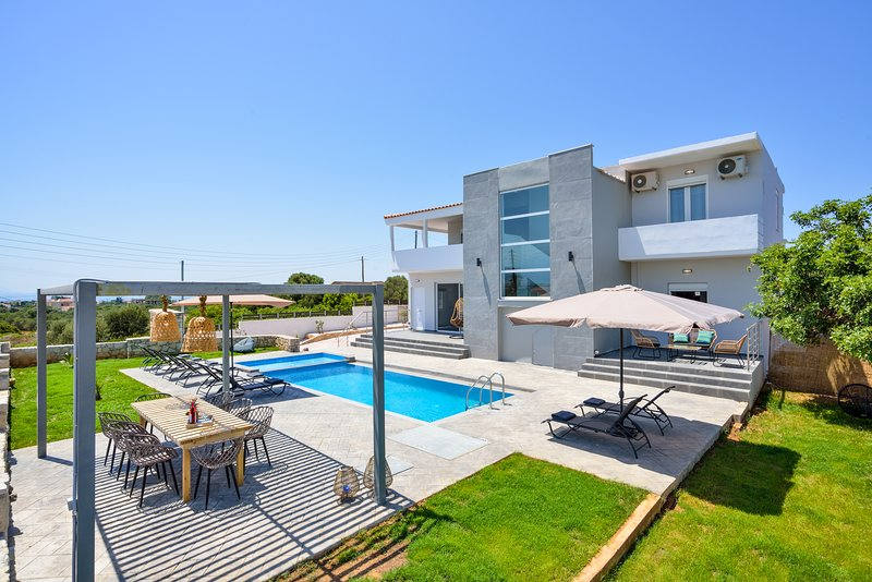 Family Friendly Villa *Brand New* Private Pool, location de vacances à Chorafakia