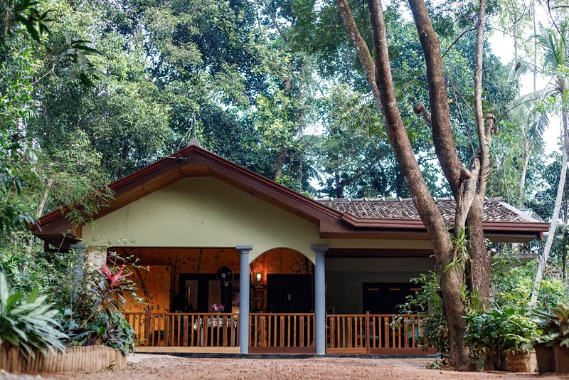 Comfortable and well-equipped bungalow. Breakfast included. Sleeps two., casa vacanza a Hikkaduwa