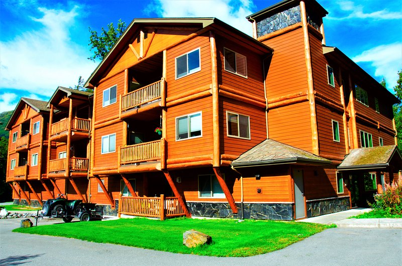 THE HIGHTOWER SUITE- A Luxury top floor Condo in the Center of Girdwood/Alyeska!, holiday rental in Anchorage