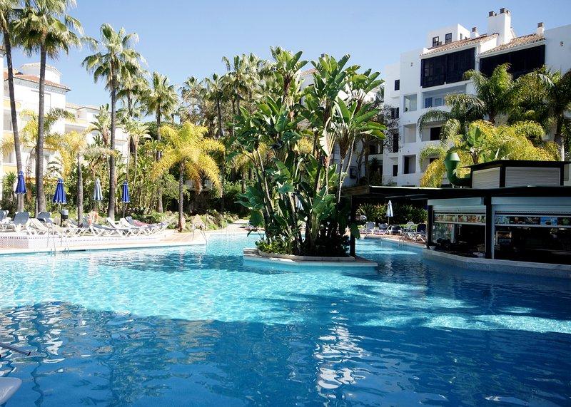 Elviria, Marbella, Stylish 3 Bedroom Apartment, Direct Sea Views, Fast Free Wifi, casa vacanza a Elviria