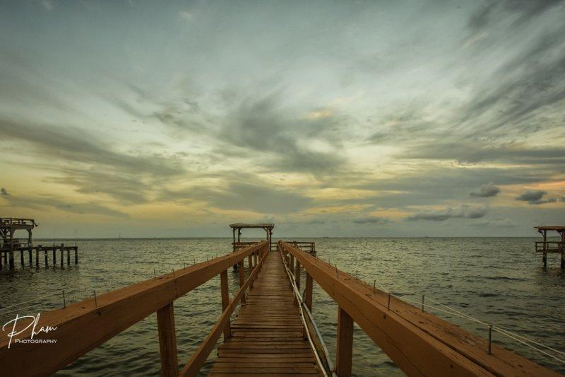 Passeggia sul molo e lascia che le tue preoccupazioni si dissolvano con le onde che passano sotto.