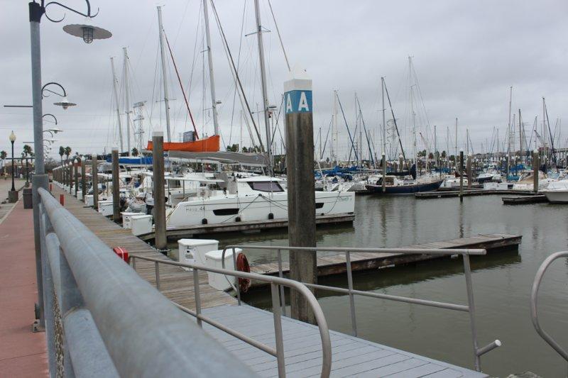 Fai una passeggiata lungo il vicino porto turistico e ammira le numerose barche a vela.