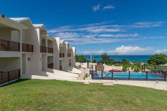 Divine 2BR Townhouse w/Pool, FREE Beach Shuttle, Beach Club Montego Bay #2, location de vacances à Montego Bay
