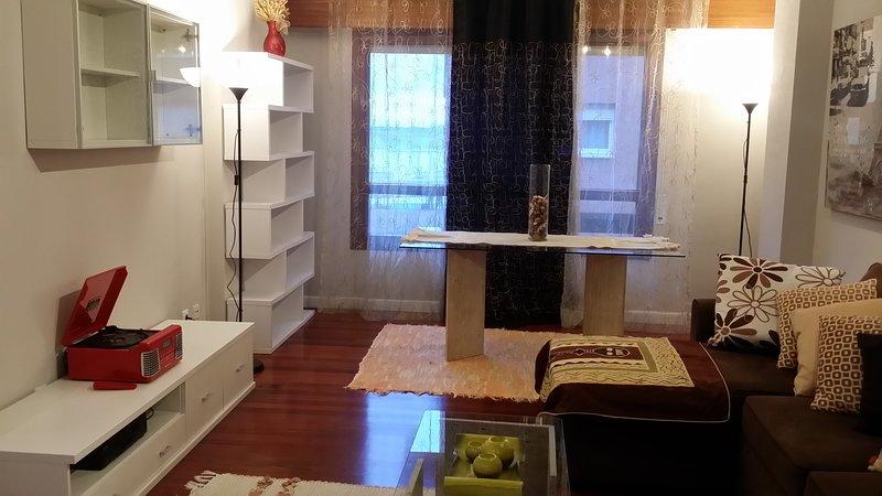 Big apartment with balcony & Wifi, alquiler de vacaciones en Getxo
