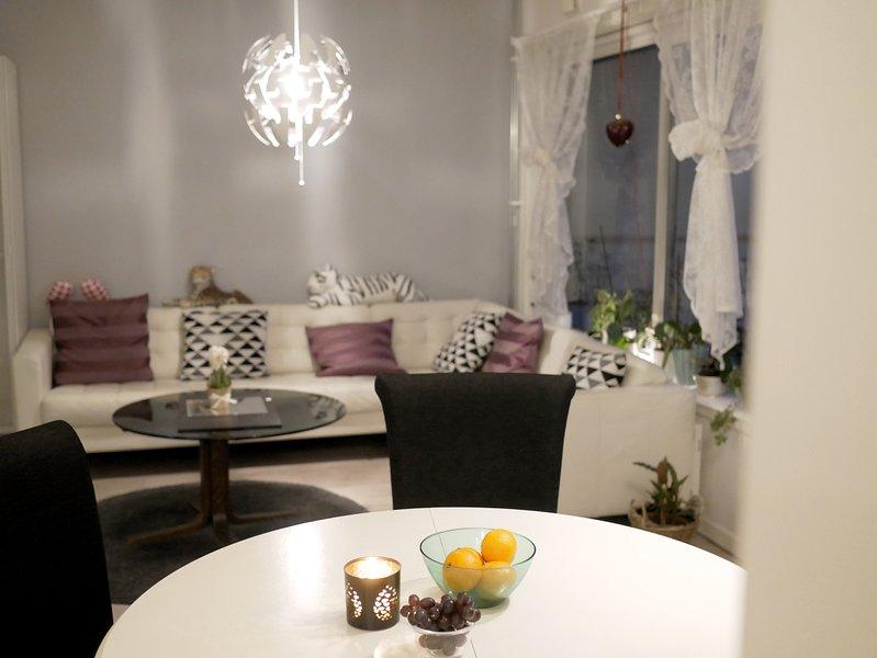 Woonkamer met bank en eettafel met stoelen