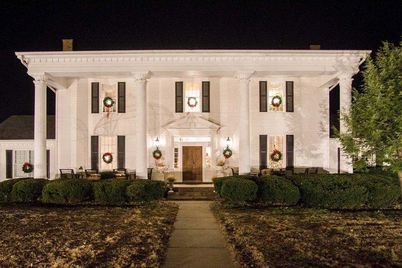 Historic Cedar Hill Mansion w/Pool & Patio on Farm, location de vacances à Ashland City