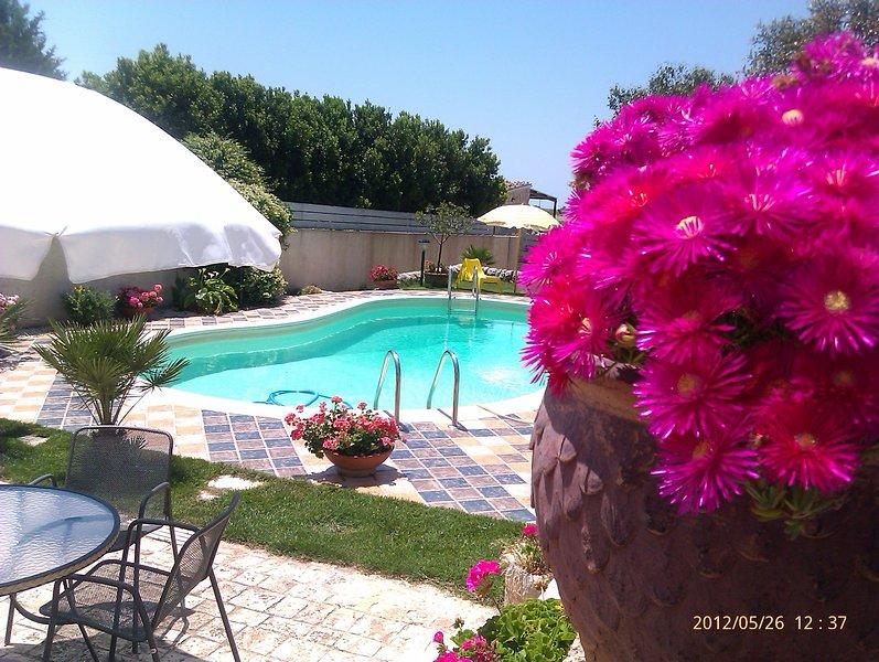 Villa with private pool in Ragusa Sicily 7Pax Villa con piscina privata a Ragusa, holiday rental in Cimilla