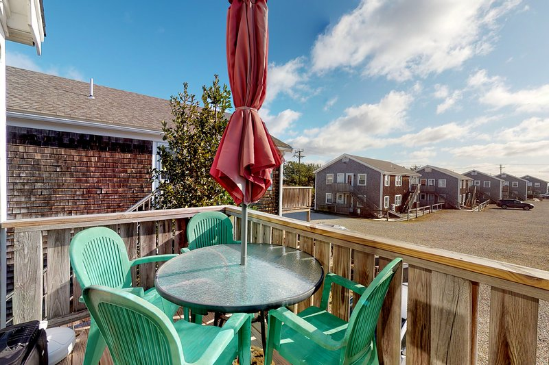 Bright second floor condo w/ ocean views, private grill, and full kitchen!, holiday rental in North Truro
