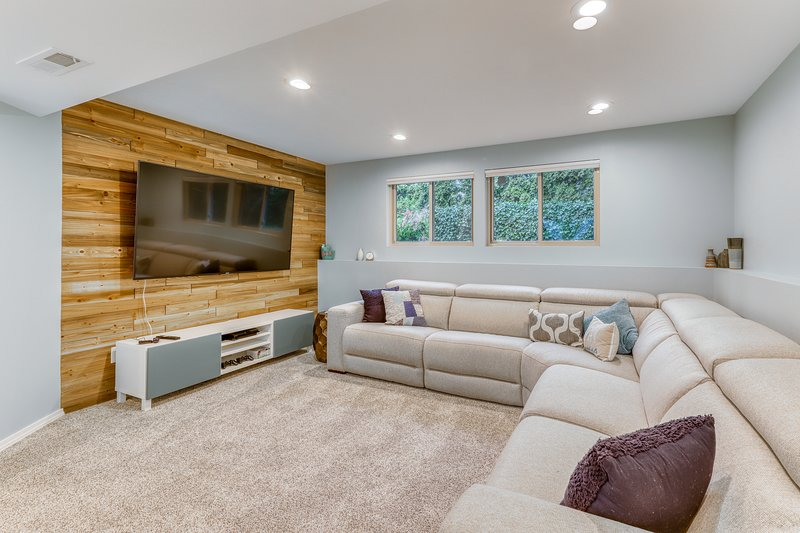 Modern dog-friendly home w/ lots of updates, finished basement, fenced yard, holiday rental in Kenmore