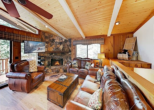 New Listing! Amazing Moonridge Getaway w/ Mountain-View Deck & Game Room, location de vacances à Big Bear Lake