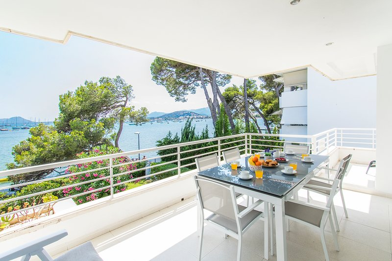 FIRST LINE AP. ISABELA LOCATION IN PINE WALK WITH INCREDIBLE SEA VIEW SLEEPS 6, casa vacanza a Formentor