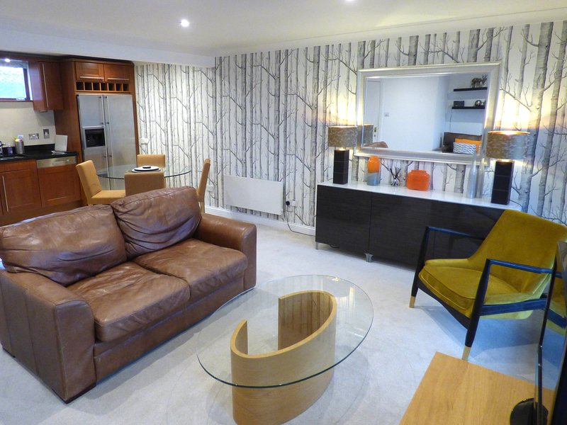Luxury duplex apartment in Lymington with parking, vacation rental in Lymington