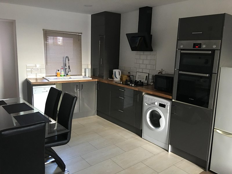 Modern 3 bedroom house with high speed WiFi!, holiday rental in Liverpool