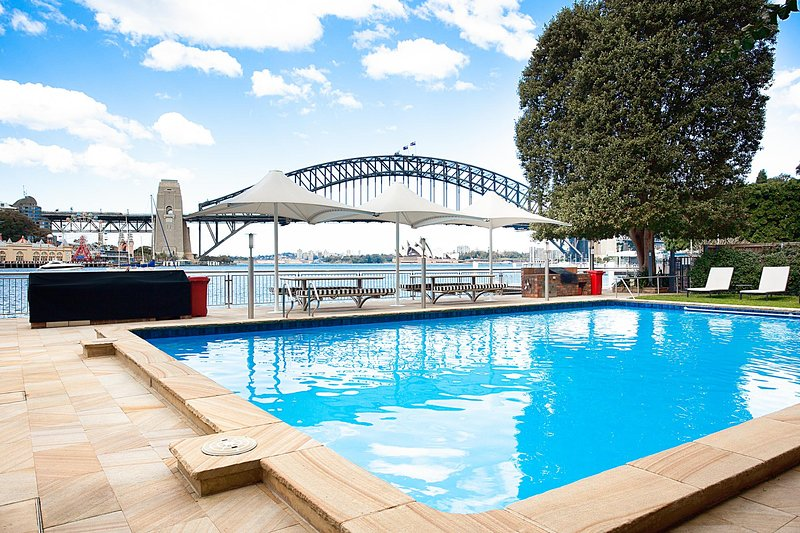Cosy Harbourside Apartment With Bridge View Pool, vacation rental in Milsons Point
