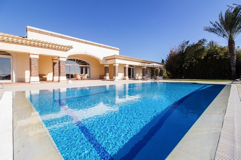 Albufeira Villa Sleeps 8 with Pool and Air Con - 5827553, holiday rental in Patroves