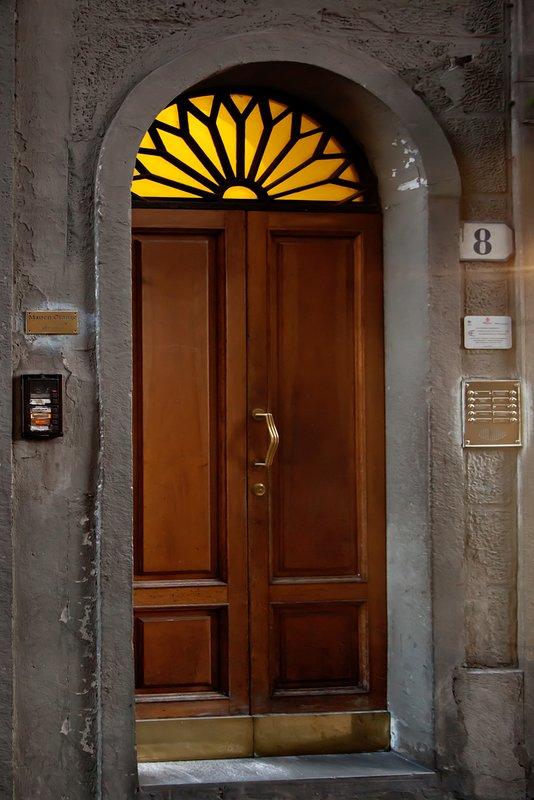 WHITE IRIS FLORENCE APARTMENT Building Door