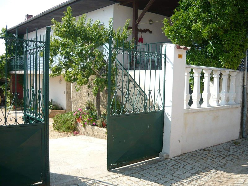 Big house with terrace & Wifi, holiday rental in Macedo de Cavaleiros