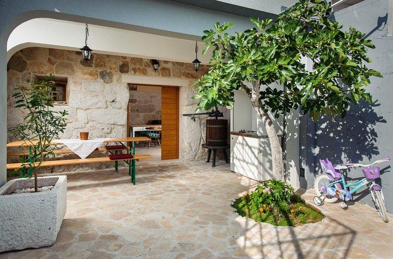Villa Sv. Vid - Two-Bedroom Villa with Balcony and Sea View, alquiler de vacaciones en Sevid