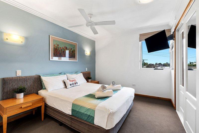 Ambas amplias habitaciones incluyen una cama de alta calidad, una selección de almohadas, sábanas lujosas y grandes armarios.