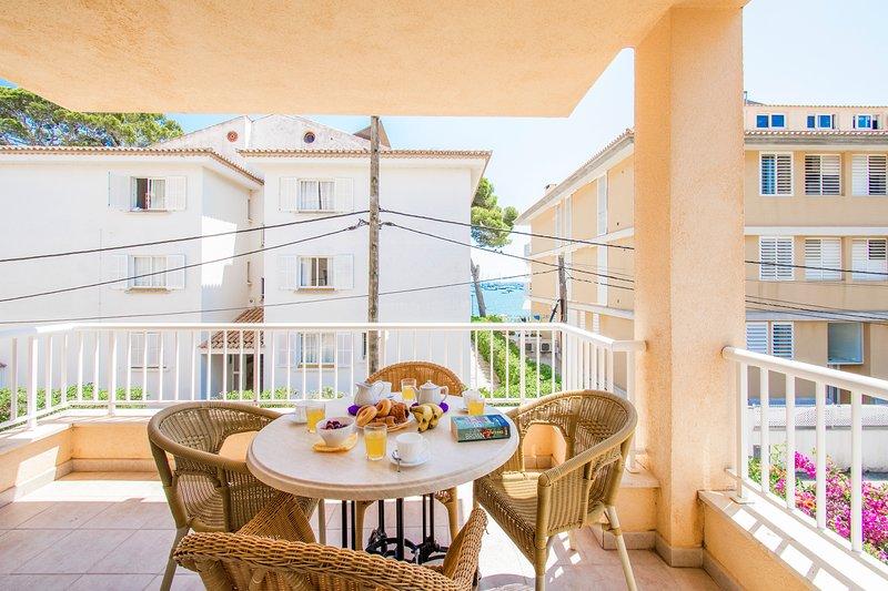 Sunny Pine walk apartment Talaia with partly sea view, just 20m from the beach, aluguéis de temporada em Formentor