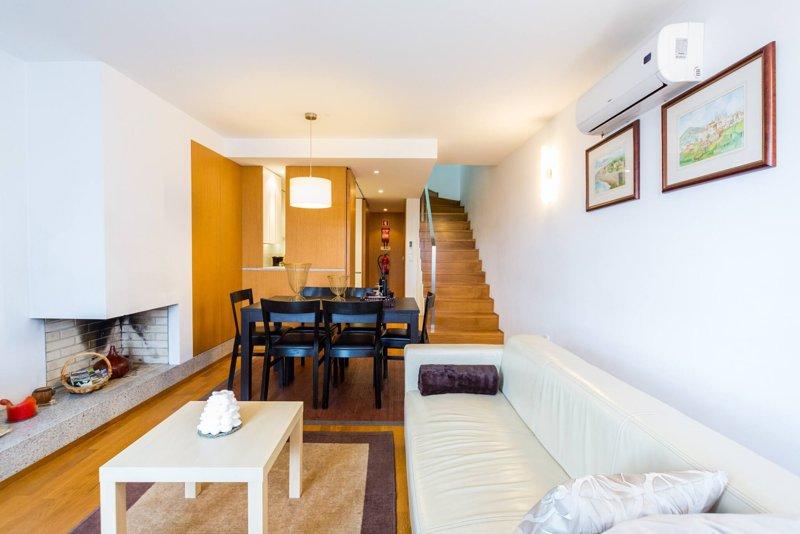 T2 Duplex - Vista rio (Barco Gil Eanes) - centro cidade, holiday rental in Carreco