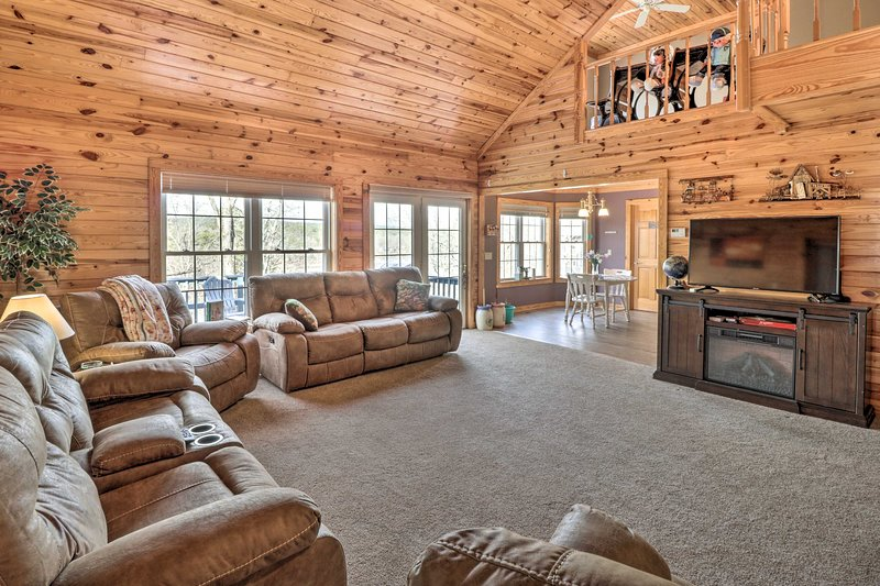 Lakefront Hot Springs Retreat w/ Deck & Boat Dock!, holiday rental in Fountain Lake