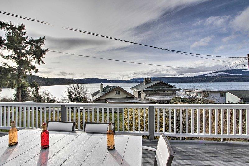 Idyllic Waterfront Cottage w/Beach & Sunset Views!, casa vacanza a Marrowstone Island
