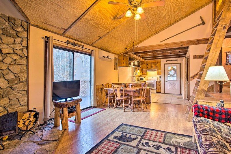Riverside Cabin w/ Deck by Hiking Trails & Fishing, alquiler de vacaciones en Dillsboro