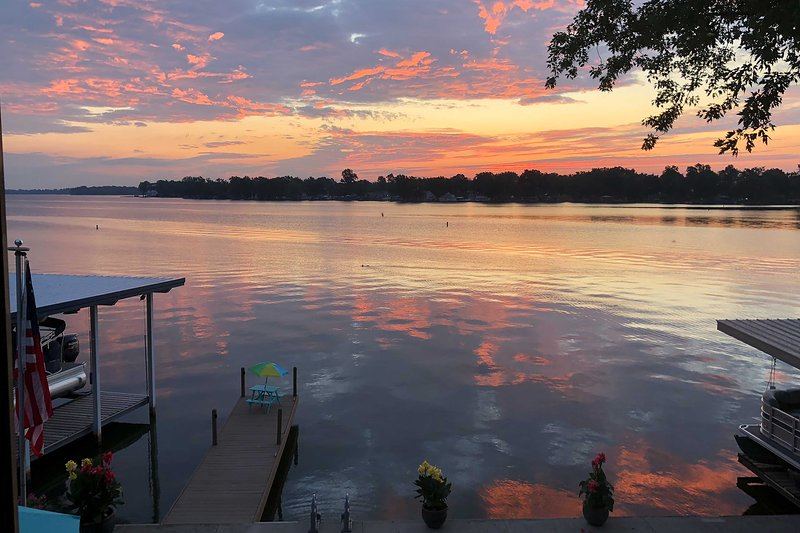 Disfruta de la hermosa puesta de sol que se refleja sobre el lago.
