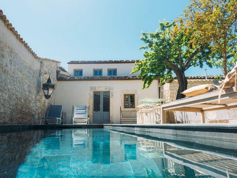 Palazzolo Acreide Villa Sleeps 9 with Pool Air Con and WiFi - 5825392, holiday rental in Palazzolo Acreide