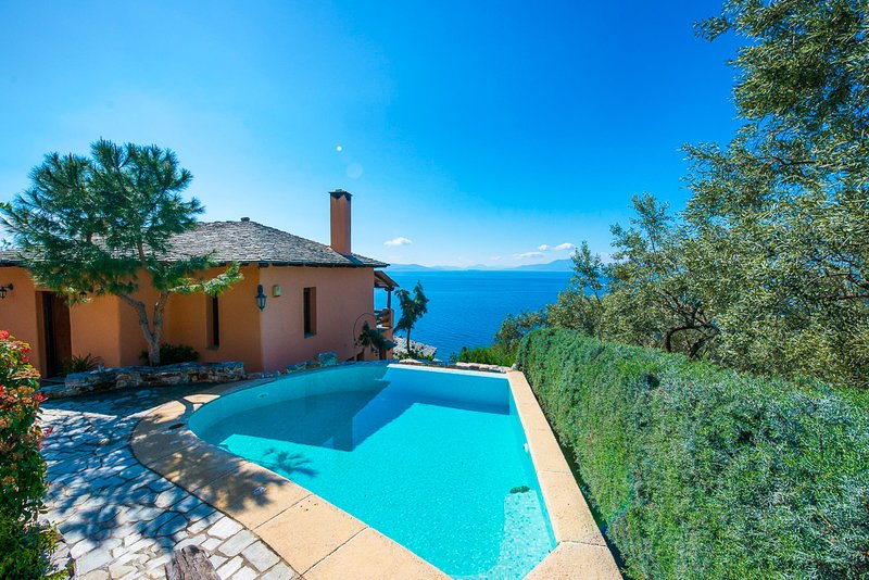 Ano Gatzea Villa Sleeps 8 with Pool - 5822711, aluguéis de temporada em Ano Lechonia