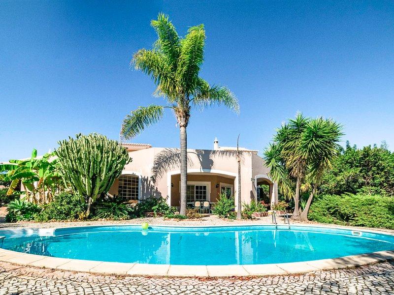 Venda Nova Villa Sleeps 8 with Pool and Air Con - 5825378, Ferienwohnung in Silves