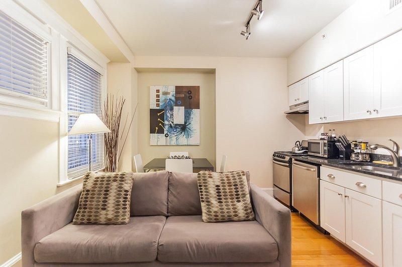RITTENHOUSE SQUARE 1R, HISTORIC APT IN CENTER CITY, holiday rental in Philadelphia
