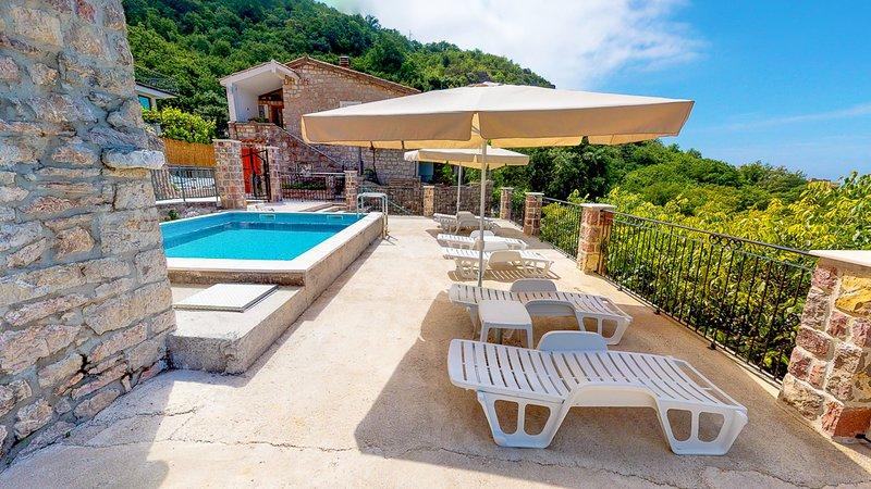 Cucici Villa Sleeps 8 with Pool and Air Con - 5822706, casa vacanza a Rafailovici