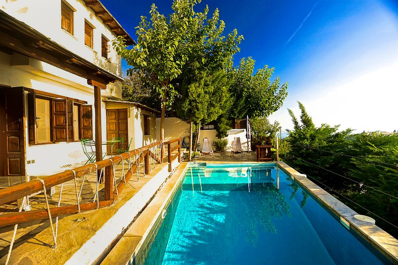 Agios Georgios Nileias Villa Sleeps 6 with Pool and Air Con - 5822482, aluguéis de temporada em Ano Lechonia