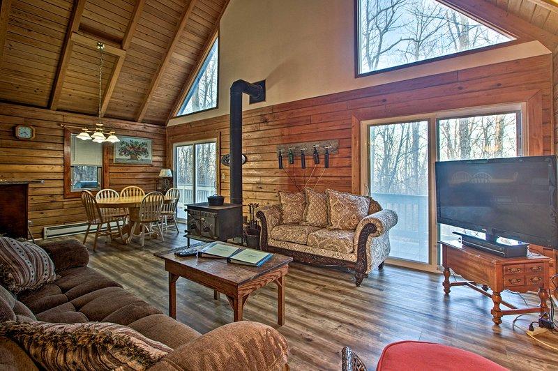 Wintergreen Home w/Deck - Near Skiing & Hiking!, alquiler vacacional en Staunton
