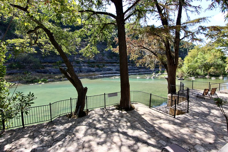 Tiki Lodge #1 | Sleeps 16 | River Road | On Guadalupe River, holiday rental in New Braunfels