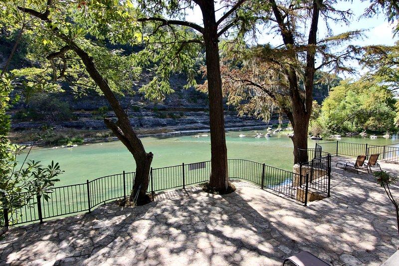 Tiki Lodge #1 | Sleeps 16 | River Road | On Guadalupe River, aluguéis de temporada em New Braunfels