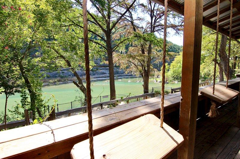 Tiki Lodge #2- Sleeps up to 16! Perfect Location on River Road!, aluguéis de temporada em New Braunfels