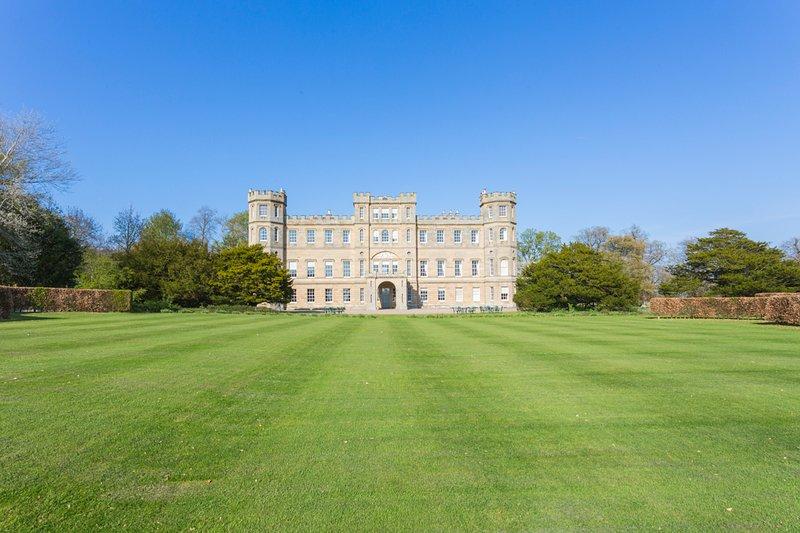 Edrom Chateau Sleeps 26 - 5217558, location de vacances à Leitholm