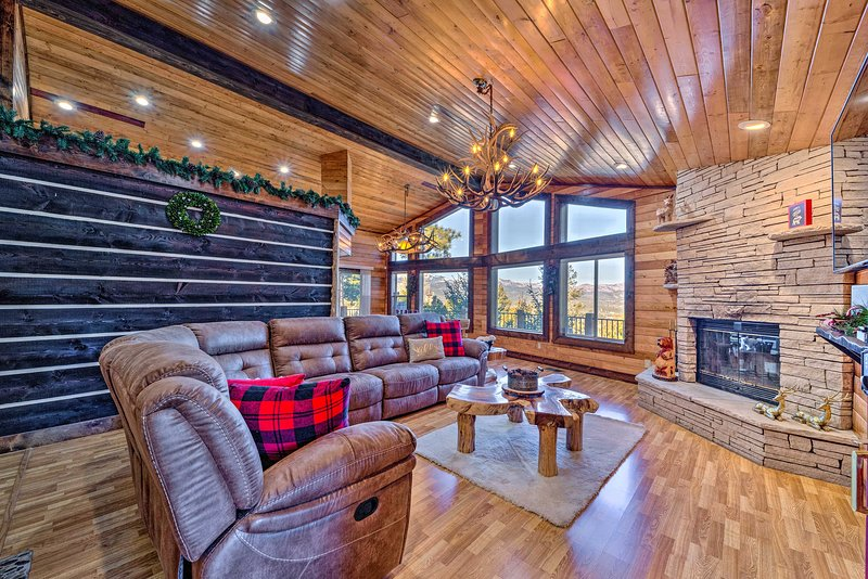 Mountaintop Paradise w/ Hot Tub, Game Room & Views, vacation rental in Ruidoso Downs