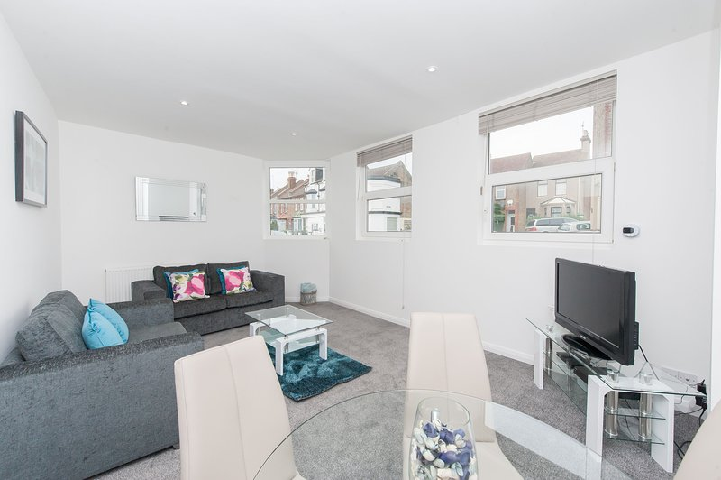 Primrose Corner - Quiet, well located 2 bedroom ground floor flat with free park, location de vacances à Ramsgate